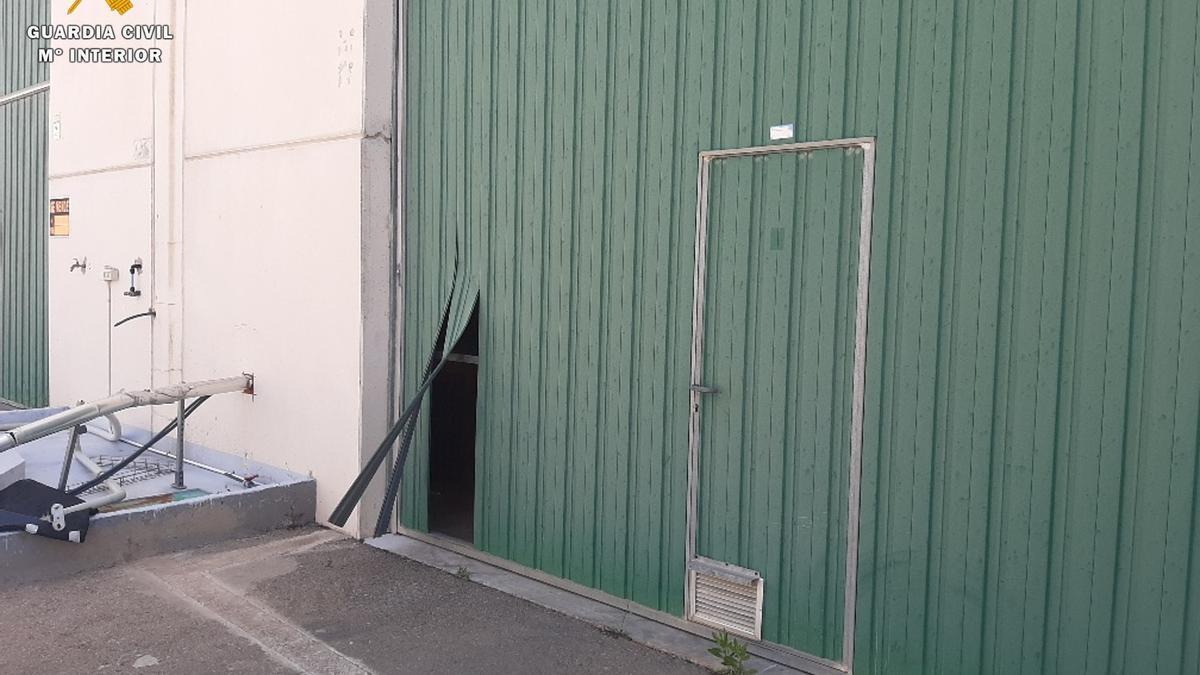 Portón forzado por donde entraron los ladrones.