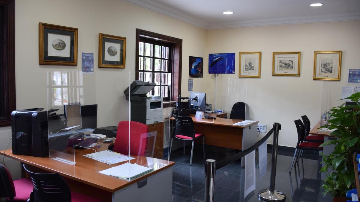 El Ayuntamiento ha instalado mamparas de protección en diferentes dependencias municipales