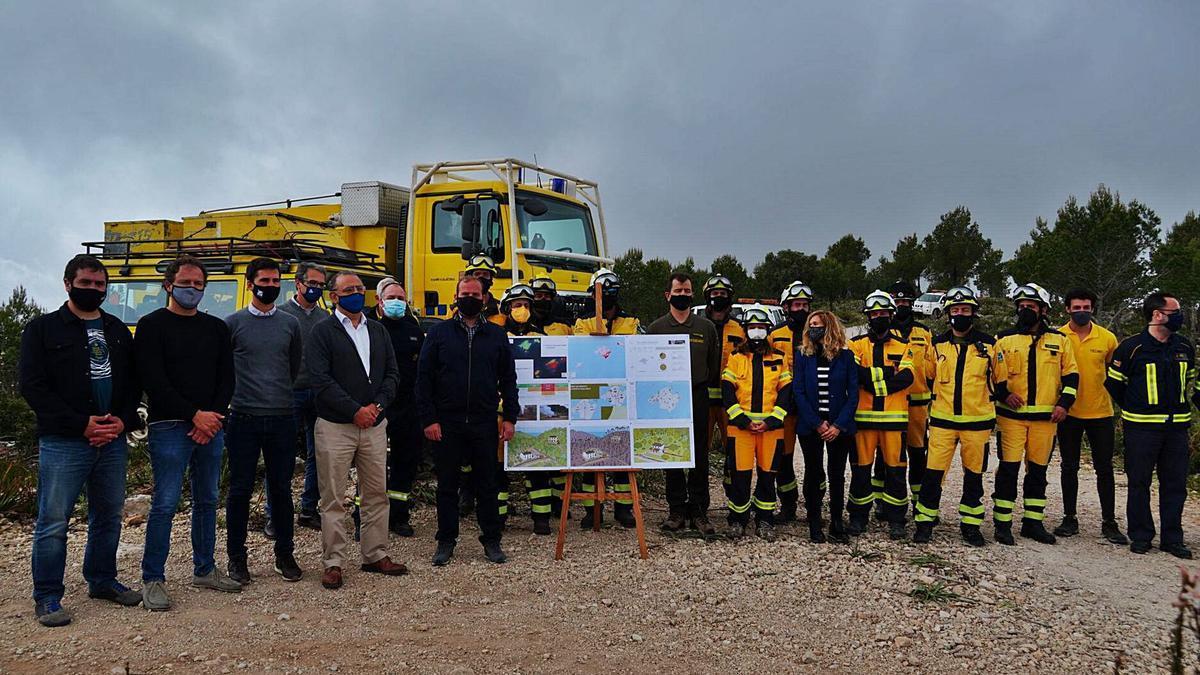Autoridades y efectivos durante la presentación del operativo para la temporada de alto riesgo de incendio forestal, ayer.