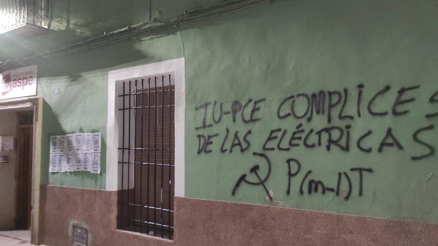 Pintadas y panfletos en la sede de EU en Aspe por la subida eléctrica