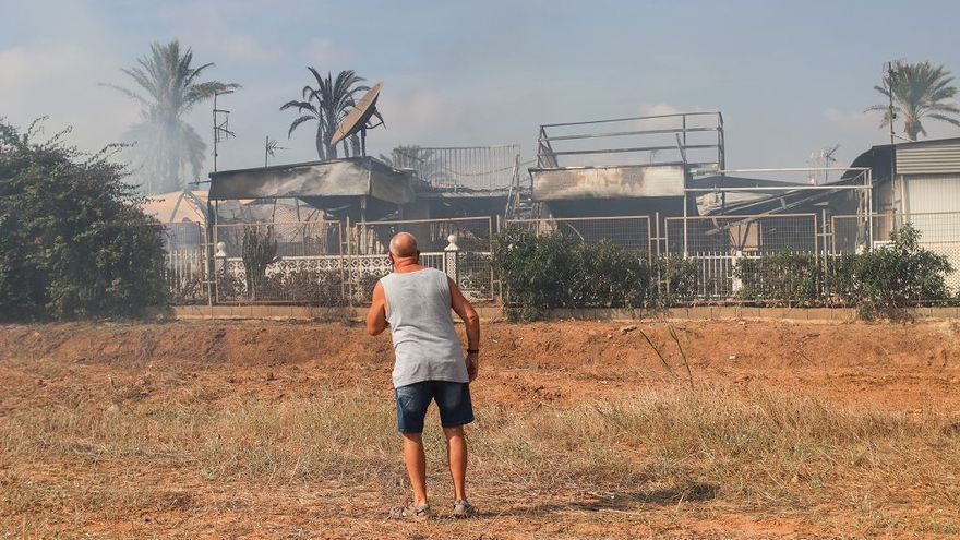 Un incendio de cuatro horas arrasa 19 parcelas de un camping en Murcia