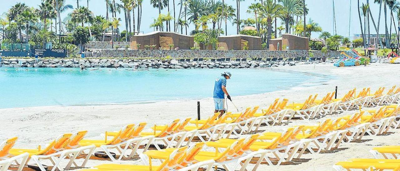 Madrid exime a los servicios de las playas del pago por ocupar el dominio público