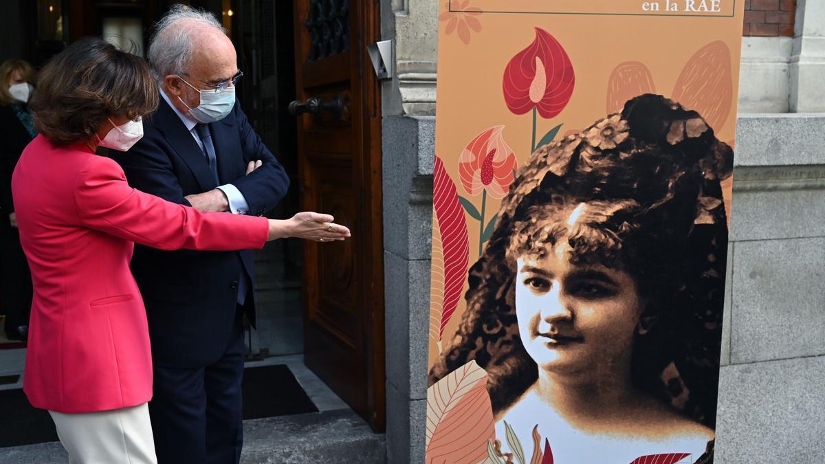 Carmen Calvo y el director de la RAE, durante el homenaje.