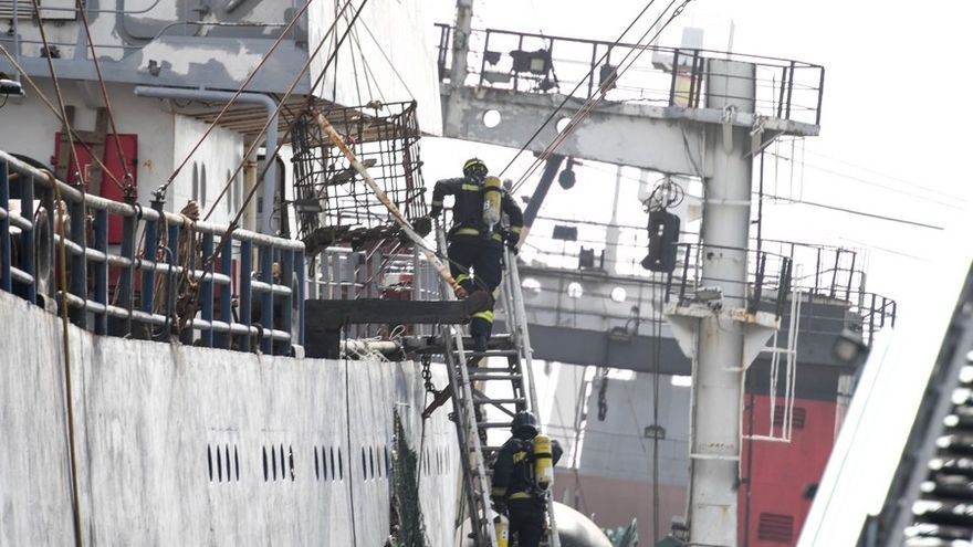 Extinguido el incendio en un barco en el puerto de La Luz con tres fallecidos