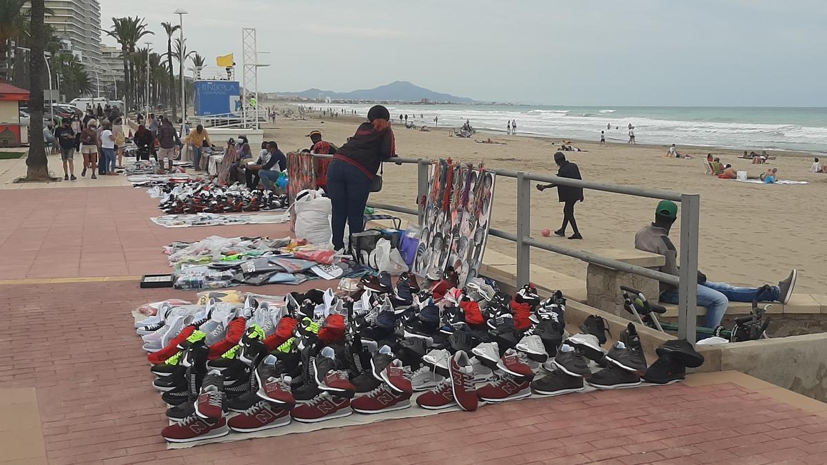 El paseo marítimo de Peñíscola ya contaba este pasado fin de semana con la presencia de 'manteros'.