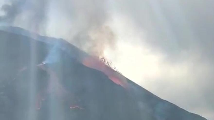 La lava del volcán de La Palma sale a borbotones a mediodía de este lunes