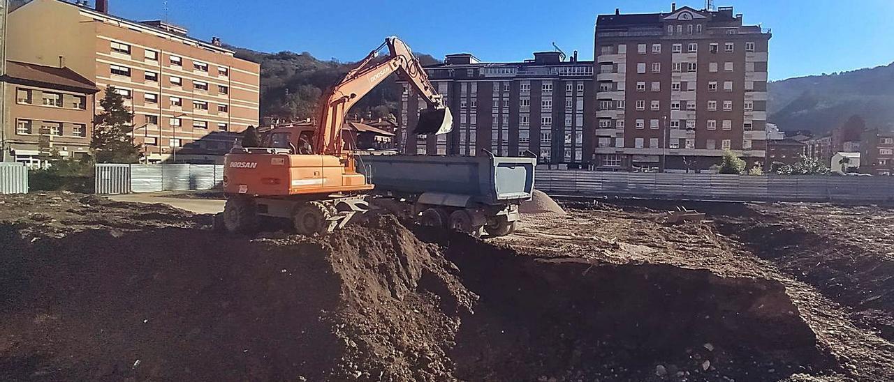 Una excavadora, ayer, trabajando en la parcela del nuevo cuartel. | D. M.