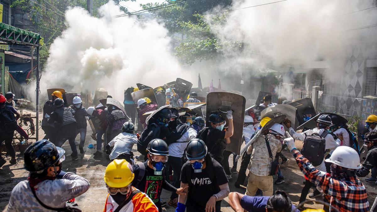Choques entre manifestantes y Policía en BIrmania.