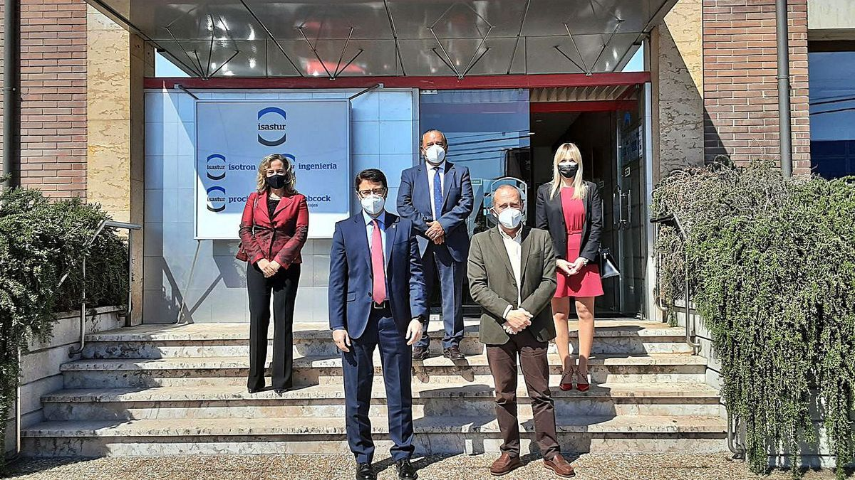 Por la izquierda, Belarmina Díaz, Enrique Fernández, José Antonio Álvarez, Fernando Alonso y Rosana Prada, a la entrada de la sede de Isastur en Silvota.