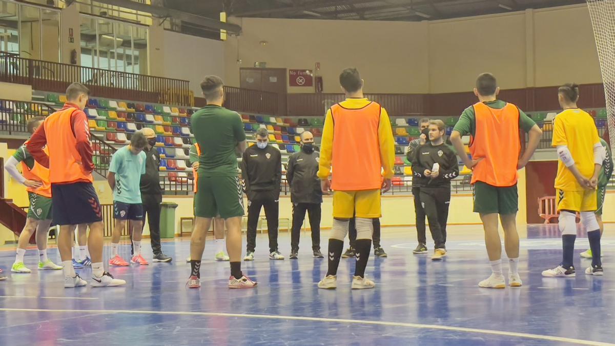 Pablo Conejero hablando con sus jugadores antes de comenzar un entrenamiento