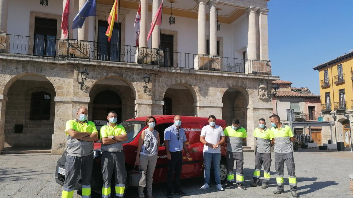 Trabajadores de Acciona y autoridades posan con la furgoneta