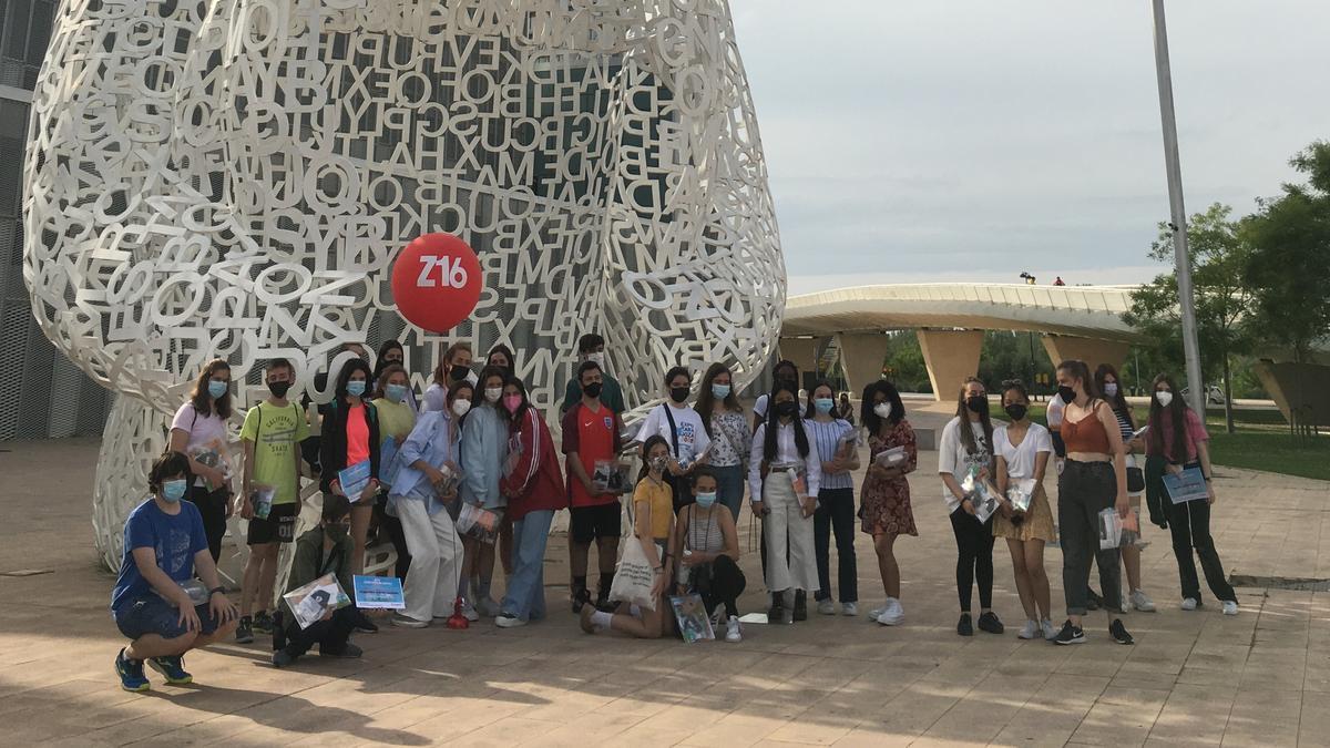 El grupo de embajadores del programa Z16 en la zona Expo de Zaragoza, durante su recorrido rutístico.