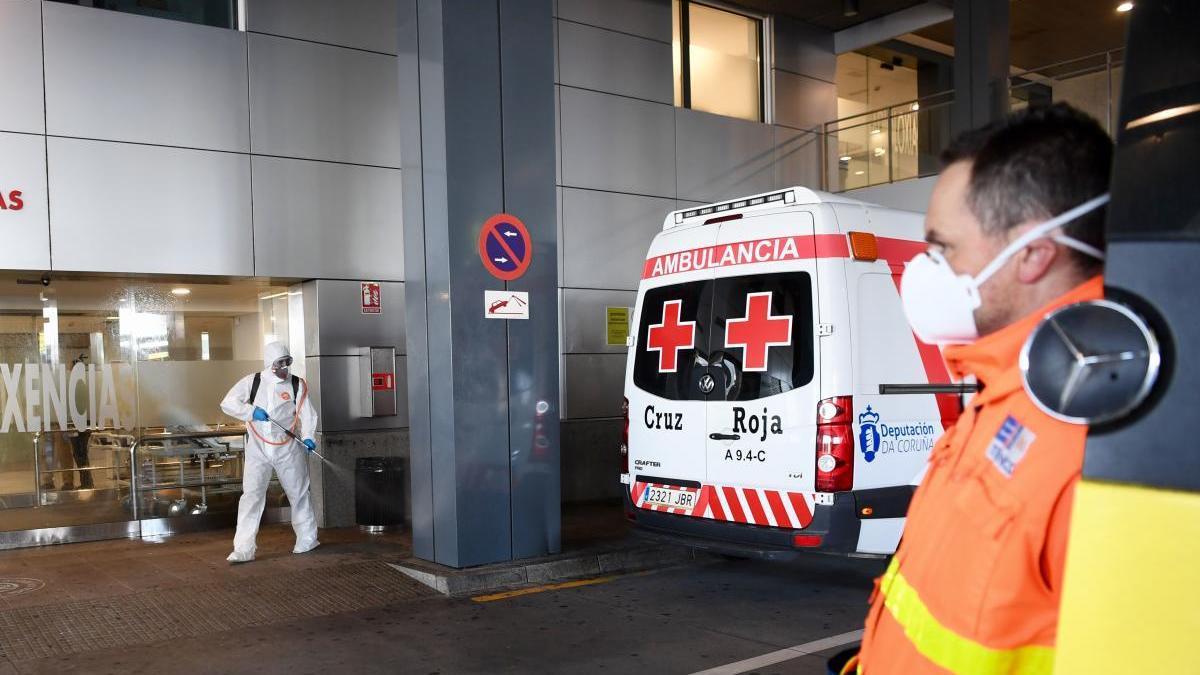 Labores de desinfección en el hospital universitario de A Coruña. // Carlos Pardellas