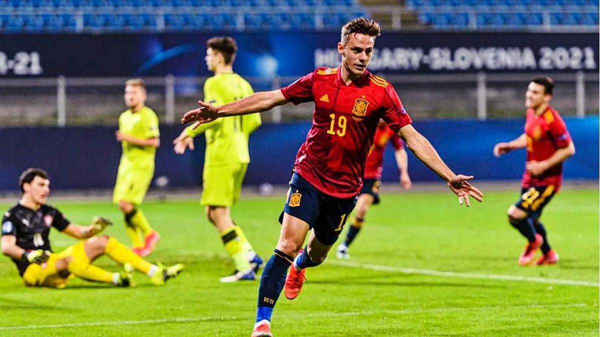 El levantinista Dani Gómez celebra uno de sus dos goles con España sub-21 ante la República Checa. | E. PRESS