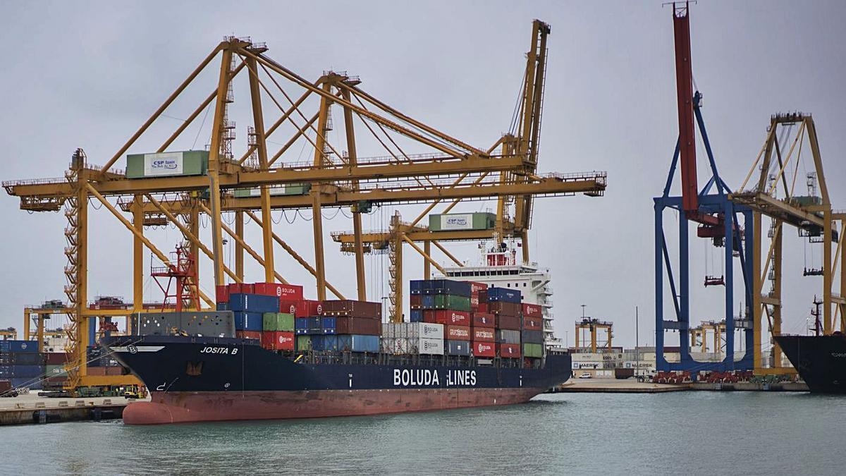Operación de carga de contenedores en el puerto de València. | GERMÁN CABALLERO