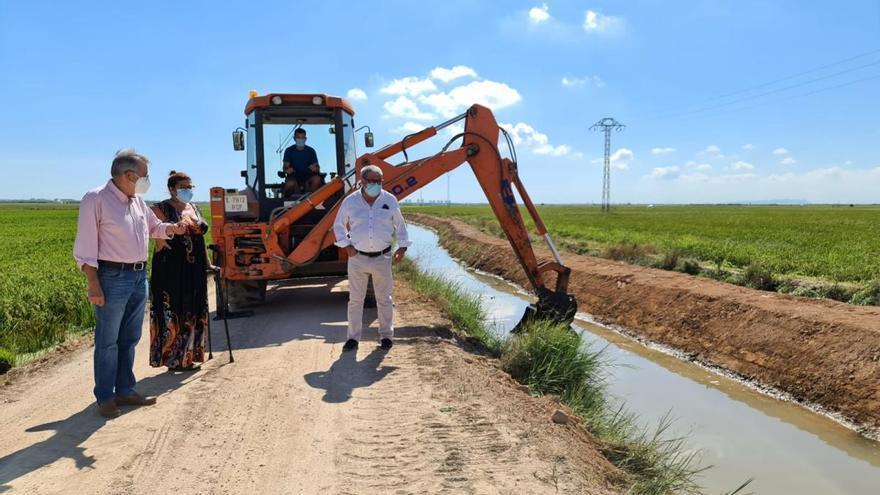 Albal repara el margen de la acequia de la Font para proteger los arrozales