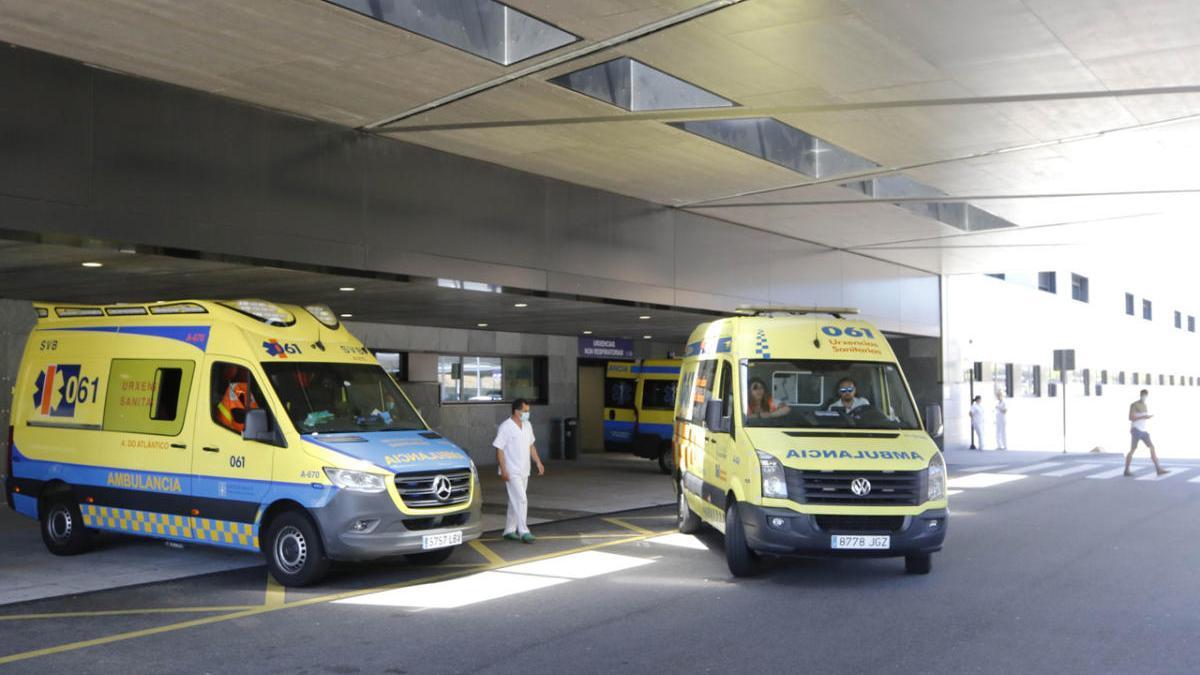 Entrada de Urgencias del hospital Álvaro Cunqueiro. // Alba Villar