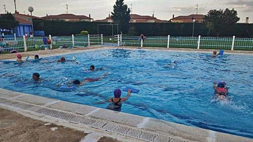 Asistentes a los cursos acuáticos del campamento de verano de San Cristóbal de Entreviñas. N. Z.