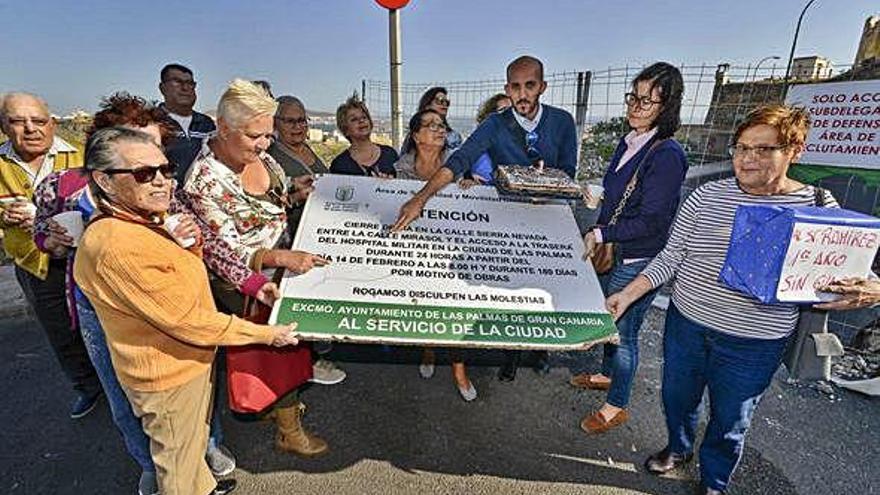 Vecinos del Risco 'celebran' un año de aislamiento debido a las obras