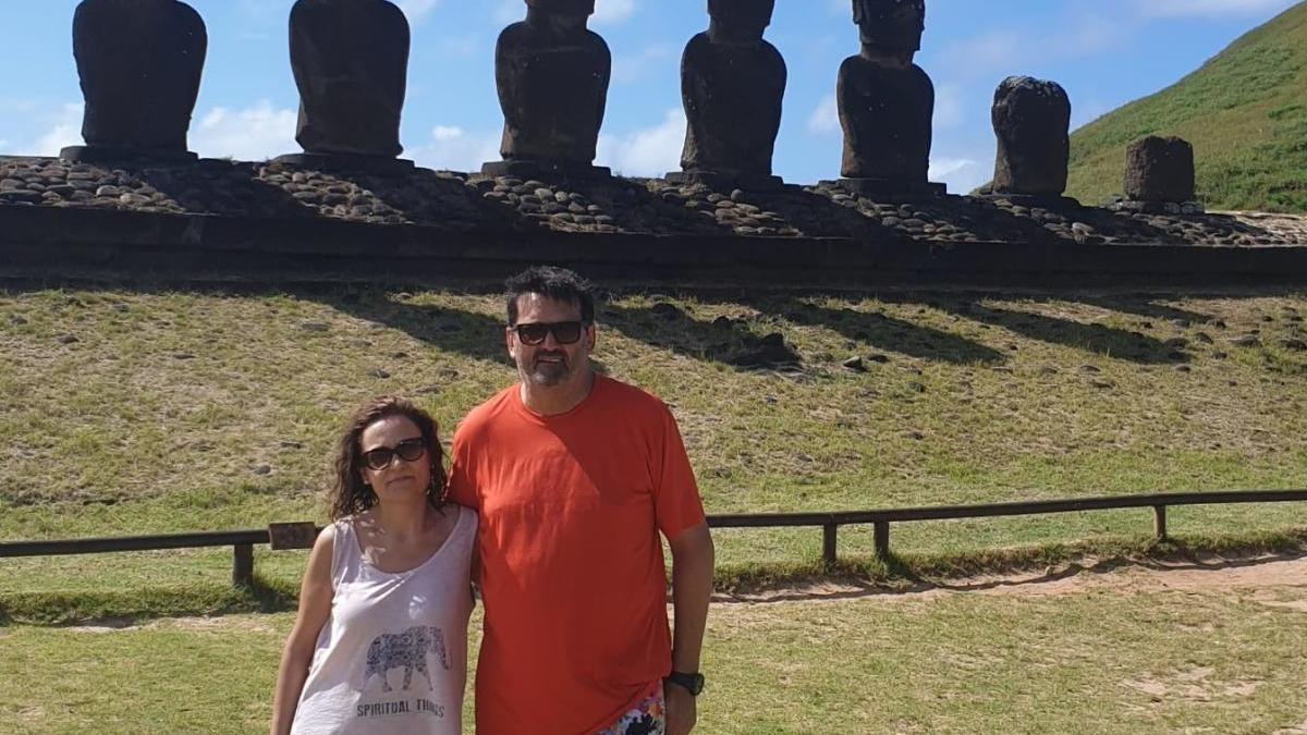 La parella a Anakena, a l'Illa de Pasqua