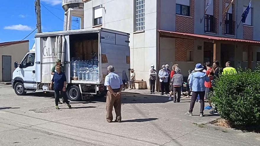 Diputación de Zamora reparte agua embotellada en Bercianos de Valverde
