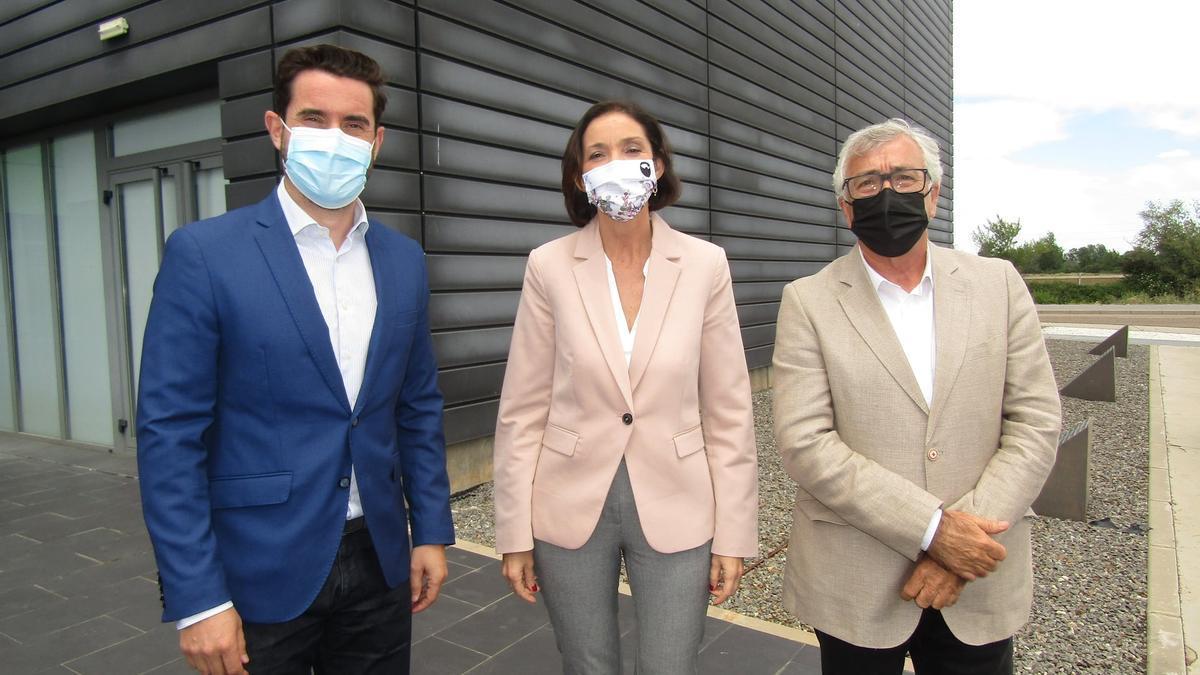 Antidio Fagúndez y José Fernández con la Ministra de Industria, Comercio y Turismo, Reyes Maroto, en el Centro de Negocios de Benavente