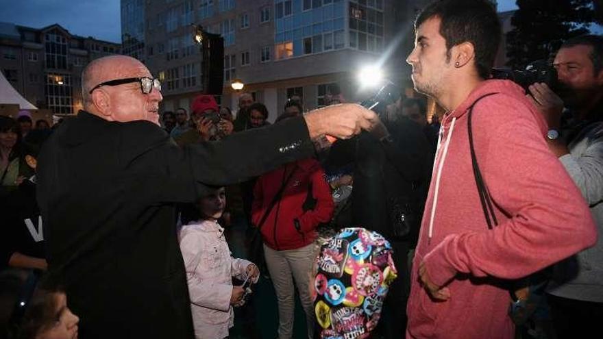 Leo Bassi recuerda a la familia Franco en su actuación de la Fiesta de las Utopías
