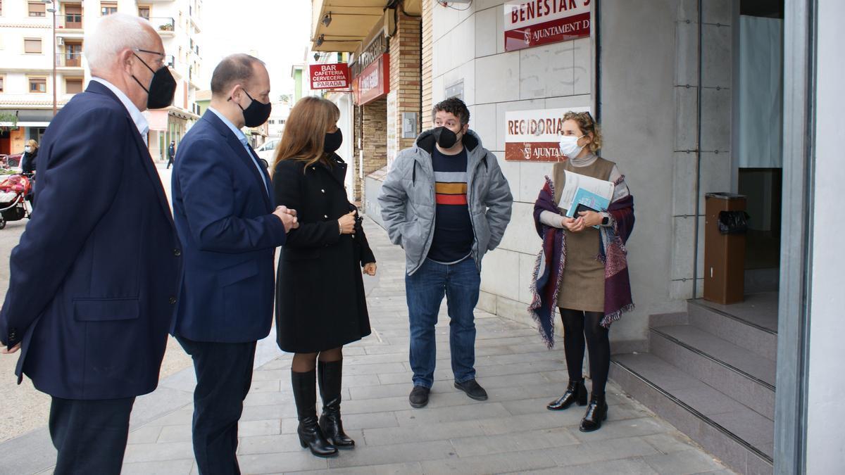 El alcalde de Dénia y el conseller en la puerta de las oficinas de Bienestar Social