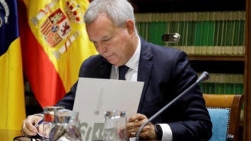 Franquis se compromete con la patronal del transporte terrestre a agilizar los pagos del Gobierno de Canarias