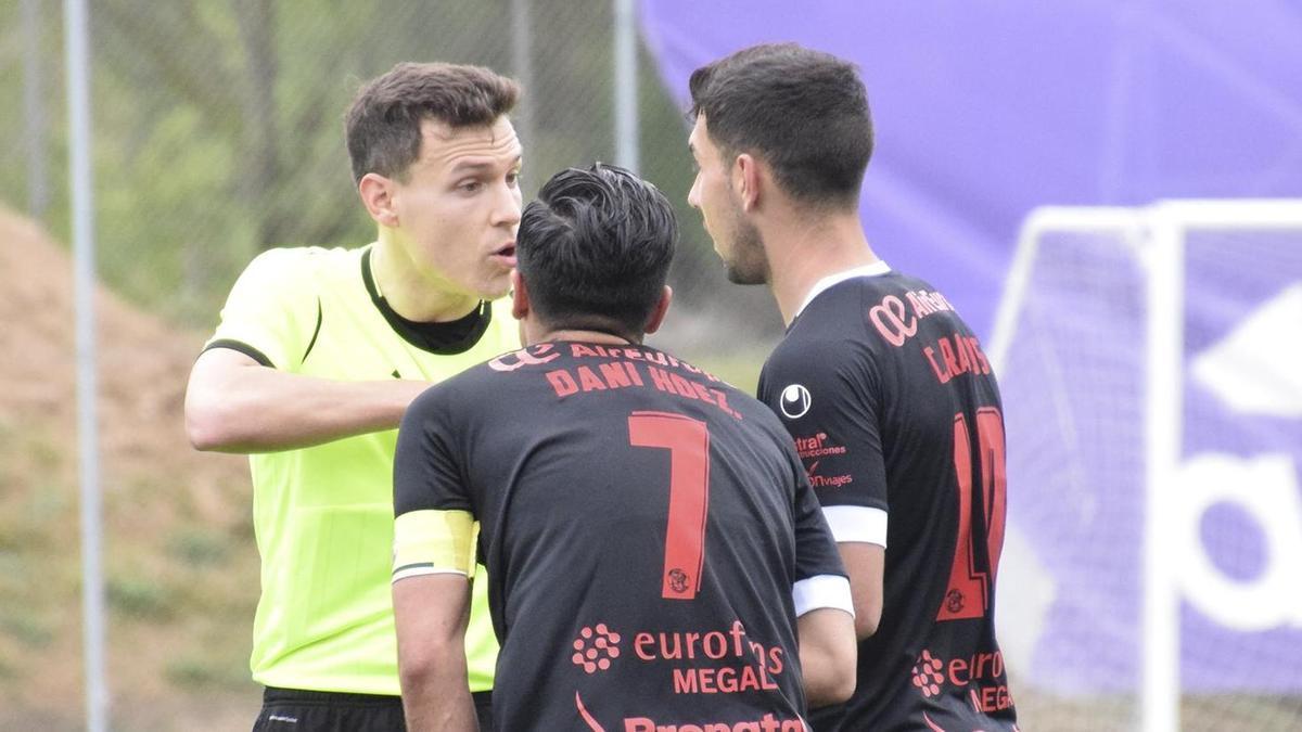 Carlos Ramos y Dani Hernández hablan con el árbitro, ayer