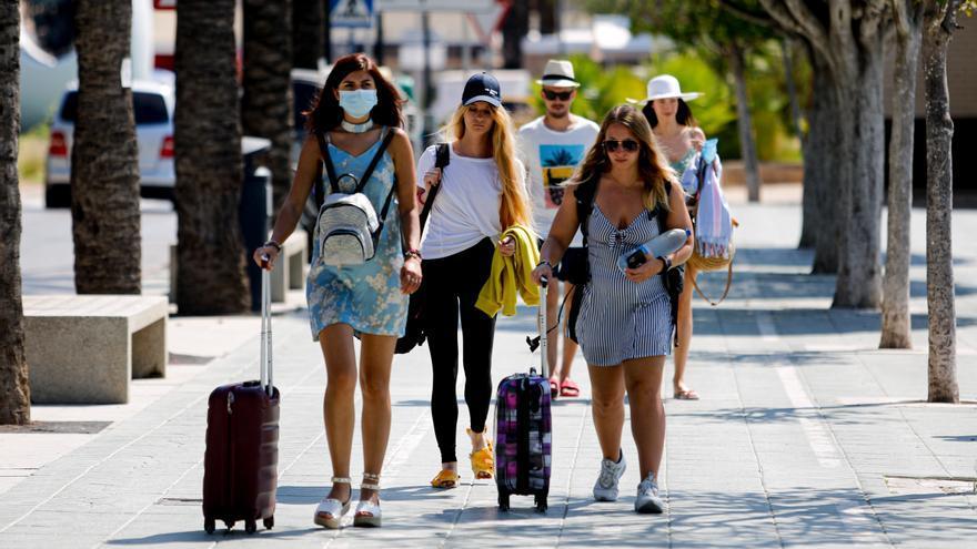 Ibiza y Formentera rozaron en julio el millón de pernoctaciones turísticas