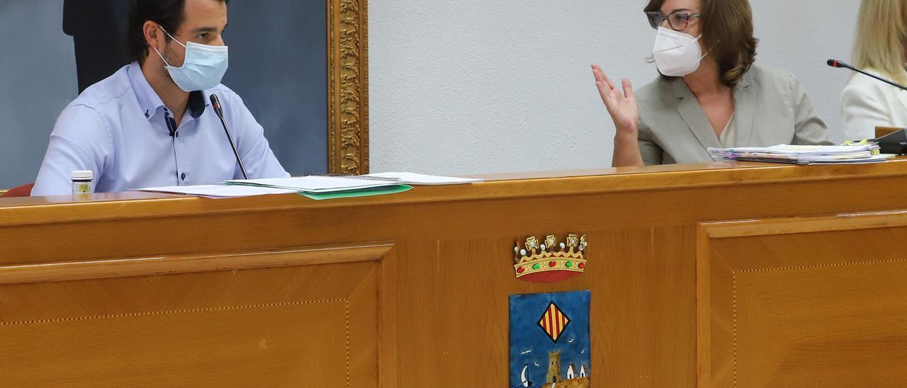 Eduardo Dolón y la secretaria general del pleno durante una sesión, en una imagen de 2020