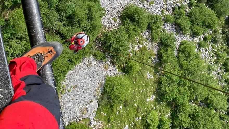 Los Bomberos rescatan a un senderista que se había perdido en La Gamonal (Morcín)