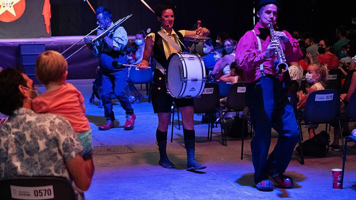 El trío de la compañía circense La tortuga veloz, en Ifeza.