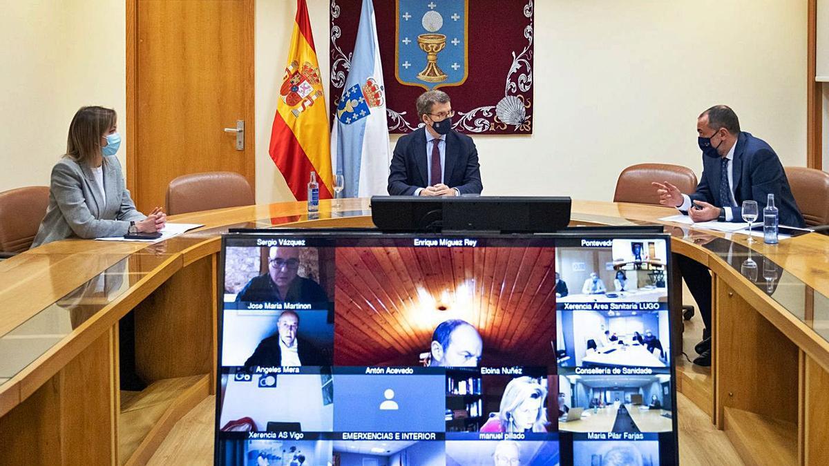 Feijóo con los conselleiros Comesaña y García, ayer en la reunión del Comité Clínico.     // L.O.