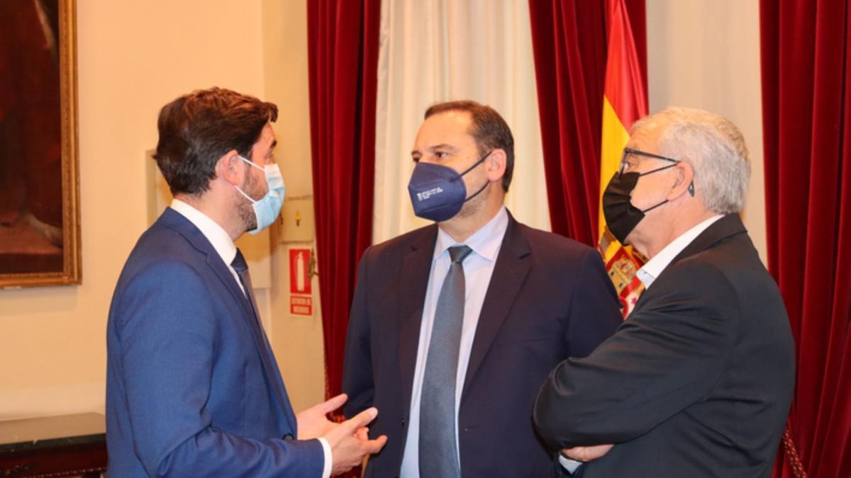 El ministro José Luis Ábalos (centro) conversando con los parlamentarios zamoranos Antidio Fagúndez (izquierda) y José Fernández (derecha).