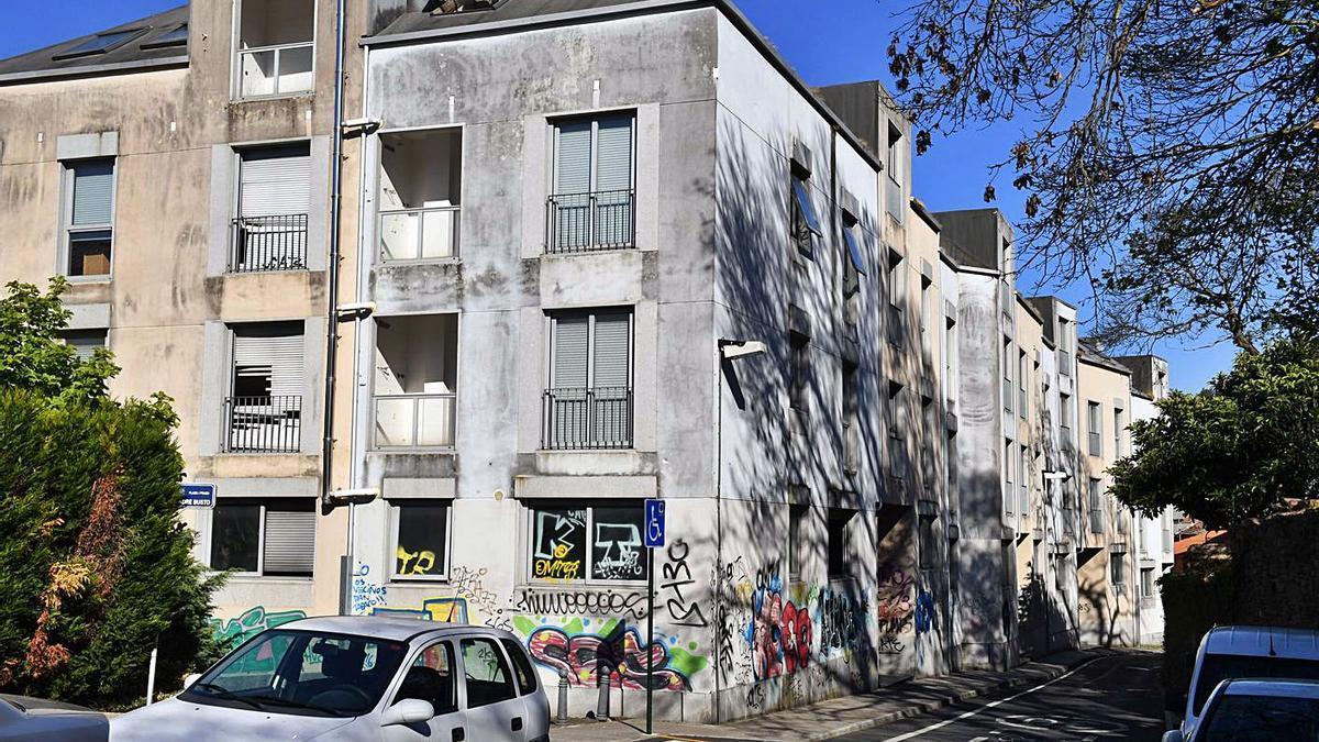 Edificios de Palavea que serán subastados y que albergan a ocupas.