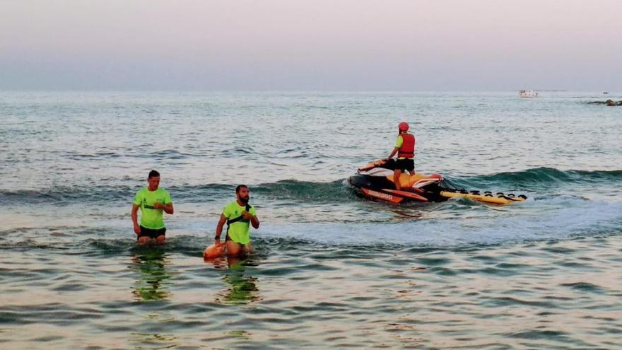 Socorristas de El Campello rescatan a una niña de 11 años arrollada por la hélice del barco en el que viajaba