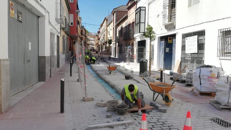 El Ayuntamiento de Lucena inicia el arreglo de las obras del PFEA en la calle Álamos