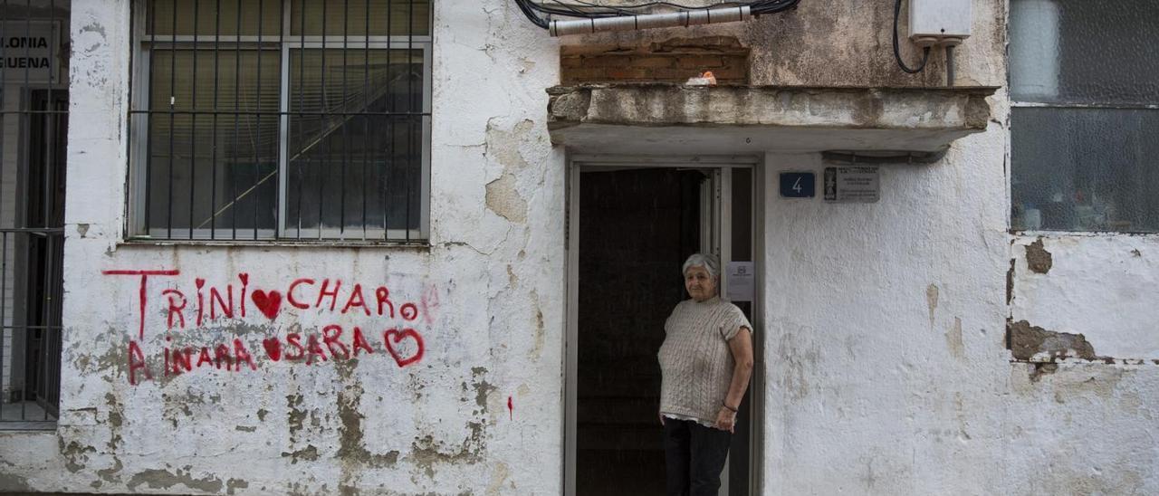 IsabelGallego, en la puerta  de su casa en el barrio de Colonia Requena, en Alicante.