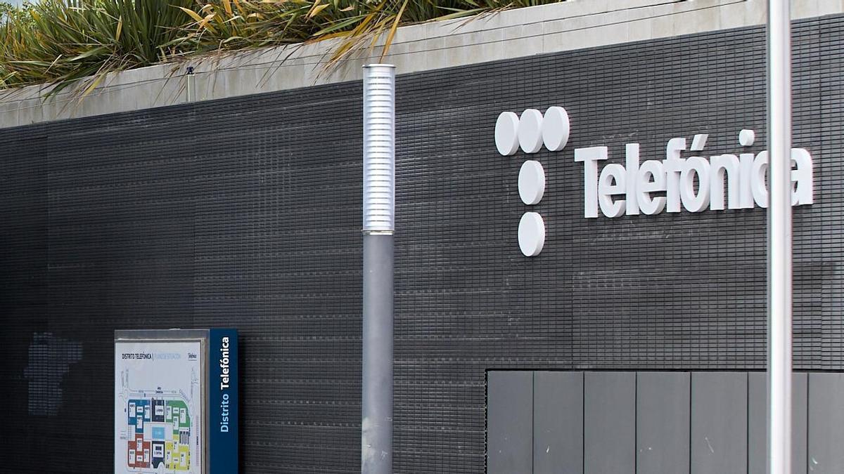 Metro al lado del edificio de la sede de Telefónica.