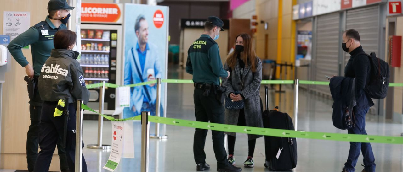 Control en el aeropuerto de Ibiza el pasado enero. J. A. Riera