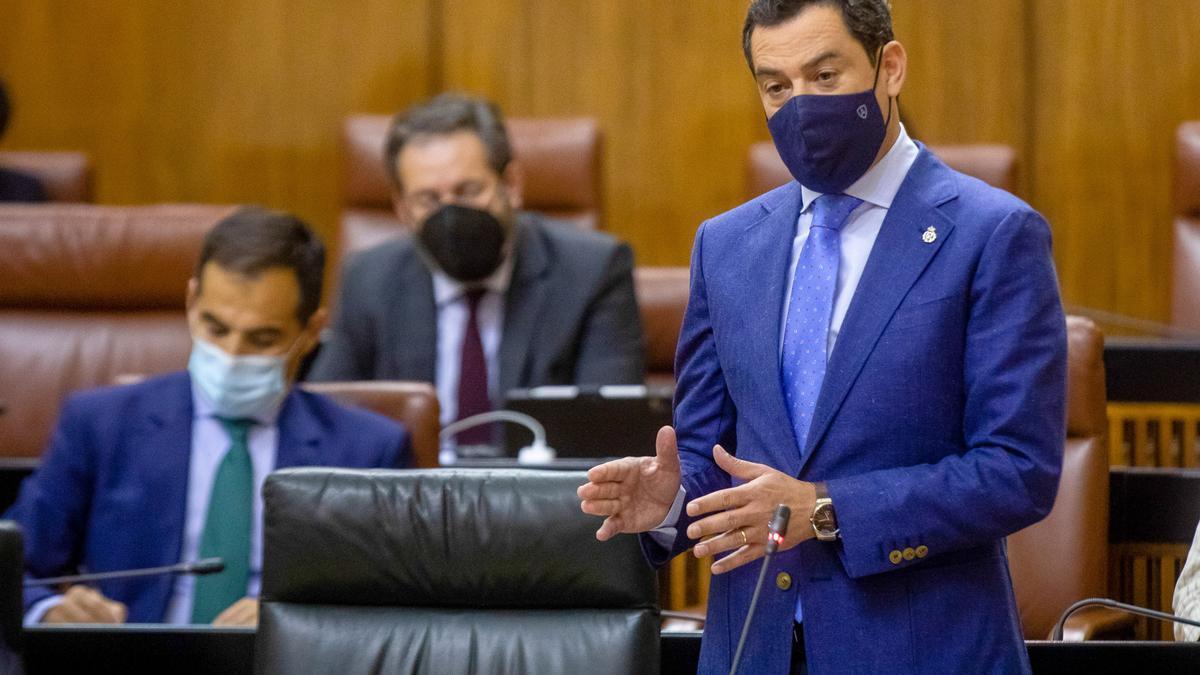 Juanma Moreno, durante el pleno del Parlamento andaluz.