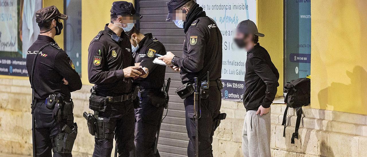 Un control de la Policía Nacional en el centro de Alicante, en una imagen de archivo. |