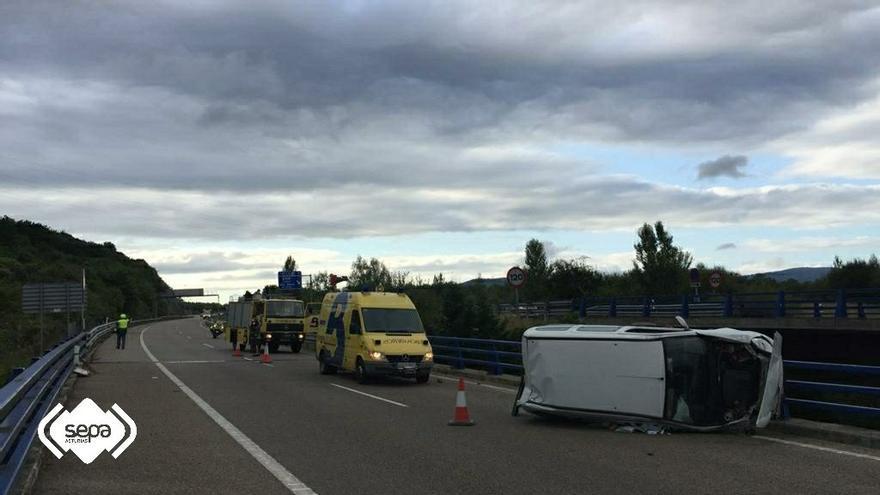 Los bomberos atienden a un hombre que volcó con su furgoneta en  la A-63, sentido Oviedo