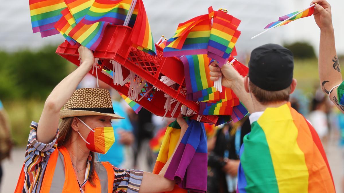Hinchas celebran la diversidad antes del partido entre Hungría y Alemania