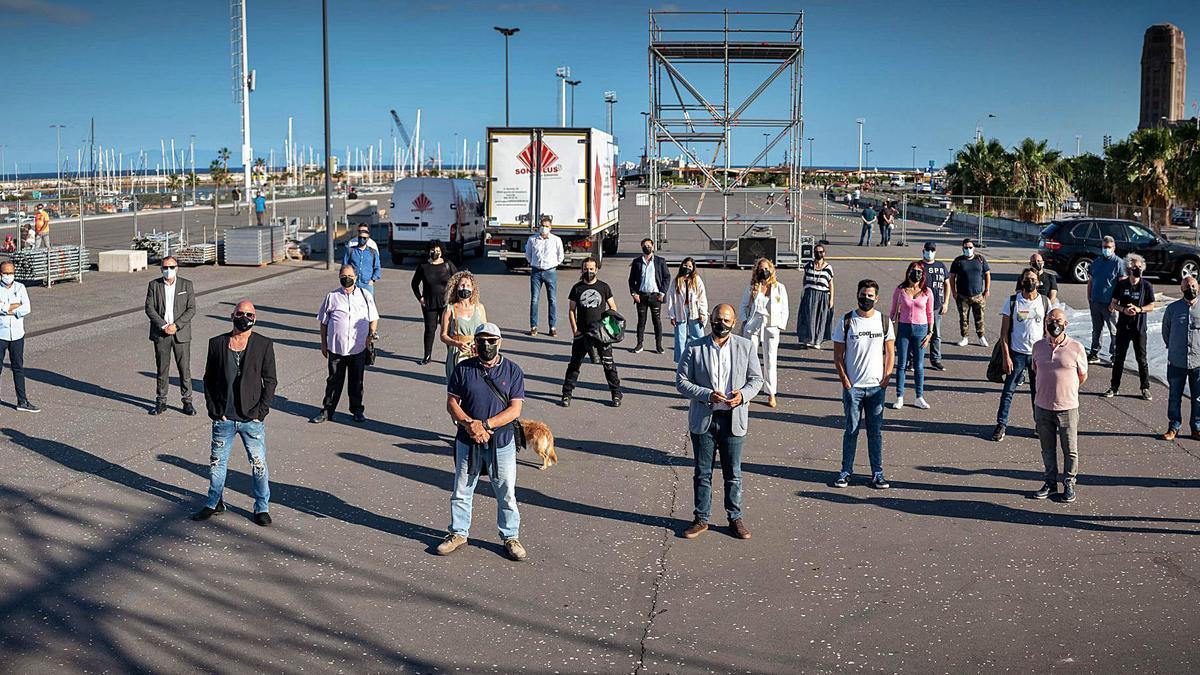 El concejal de Fiestas y representantes de las quince productoras que participan en los 35 actos de las Fiestas de Mayo posan en el recinto cultural estable de la avenida de Anaga.