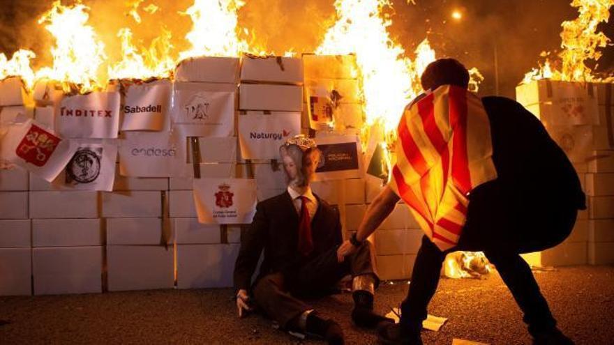 Los CDR queman un muñeco del Rey en una marcha no oficial