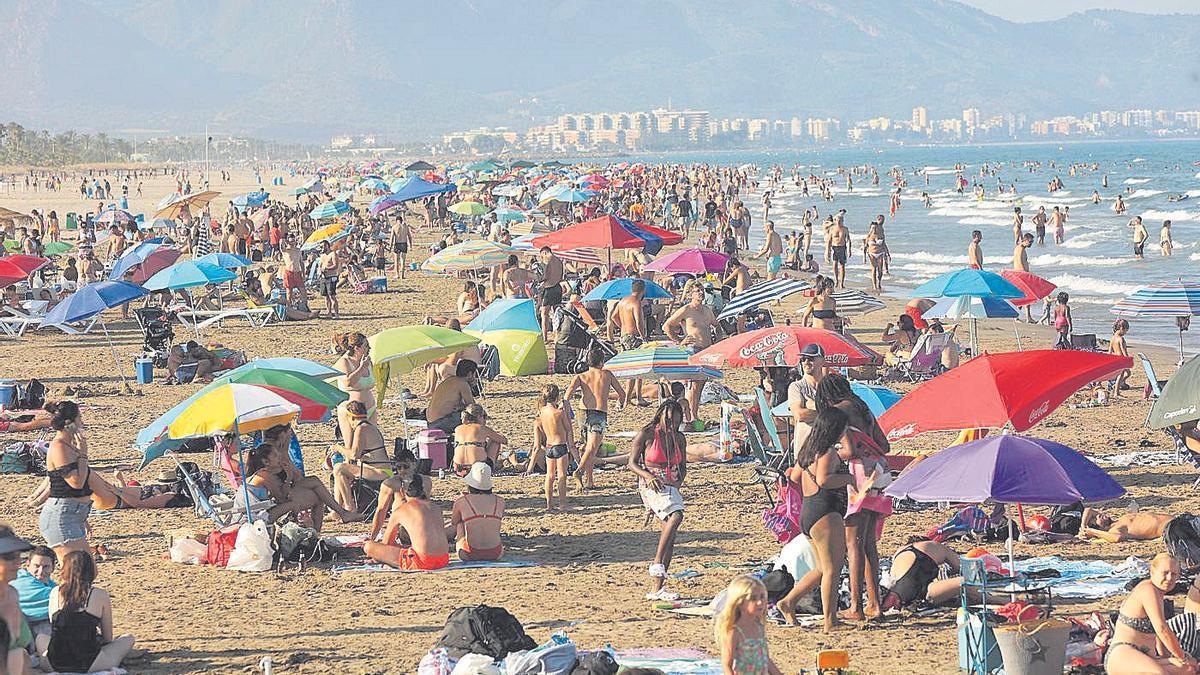 Las playas de Castellón, repletas de turistas y vecinos, este año.
