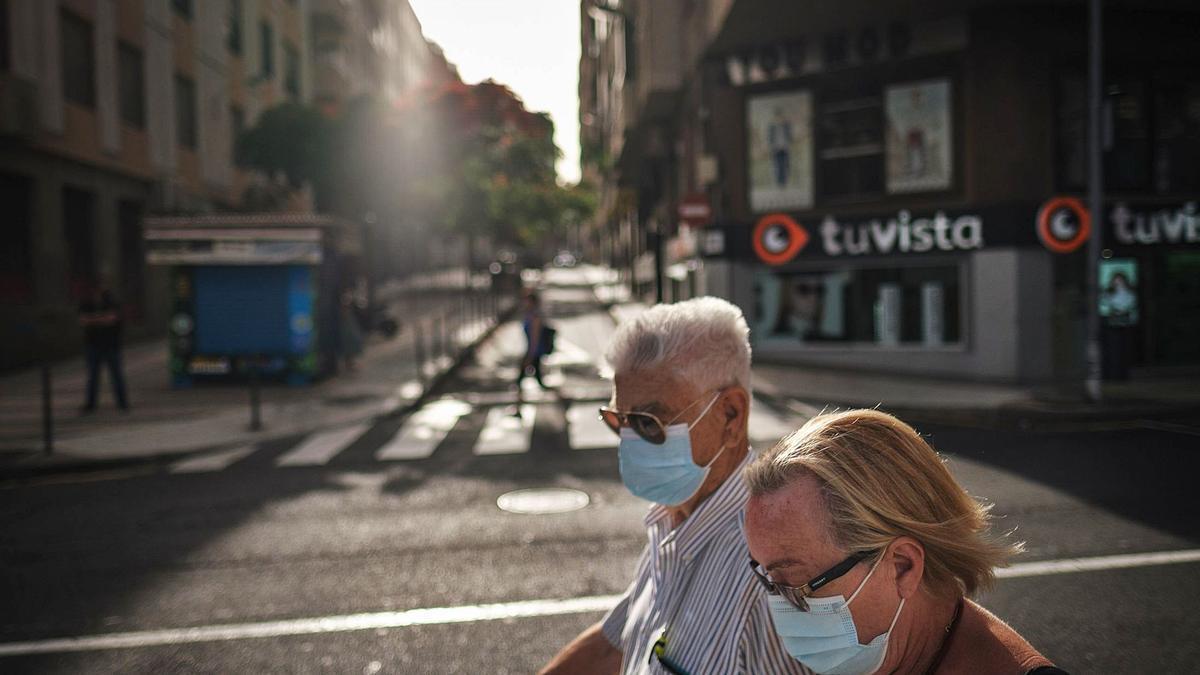Dos ancianos pasean por las calles de Santa Cruz de Tenerife.